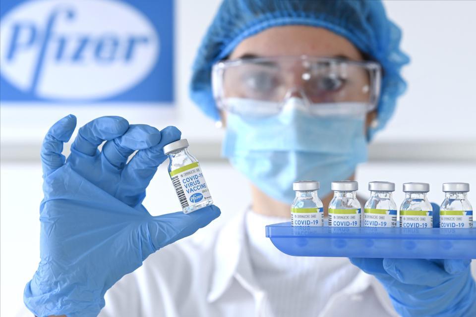 Patronii Pfizer si Moderna nu garanteaza ca vaccinul anti-Covid va impiedica transmiterea virusului
